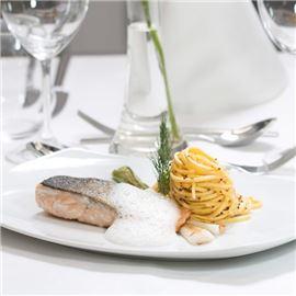 Gebratenes Lachssteak auf Senf-Tagliolini mit gegrillten Fruehlingszwiebeln
